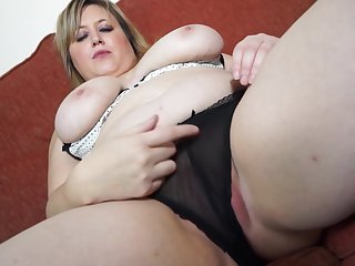 Chubby blonde mature amateur Laura L. stuffs her pussy here a dildo