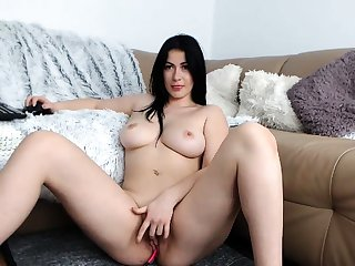 Gormandizing milf toys her sizzling pussy in solo