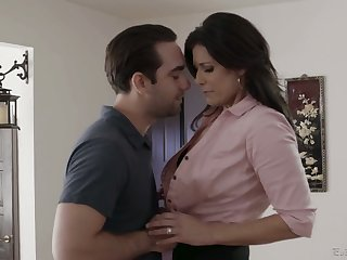 Having exposed boobies India Summer gives decidedly a solid blowjob