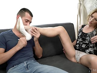 Hairy pussy matured Viol doesn't dial around than one dick for the cum
