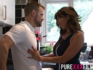 Whorish stepmom Tara Holiday gives a blowjob and gets fucked just right the dumfound