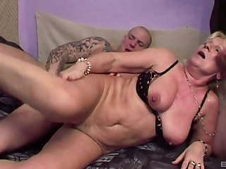 Mature blonde Lizzy is between young dudes at near a wild threesome