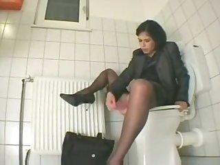 Je me masturbe dans les toilettes du moil