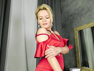 Putting on some makeup comme ci lady Predominating Fire gets horny and enjoys solo