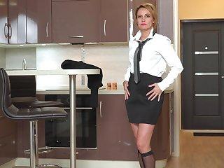 Returned from work slutty lady Oliya gets overt to masturbate their way messy pussy