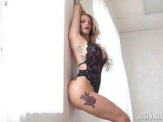 Torrid pulling light haired babe Joslyn James flashes her curvy body